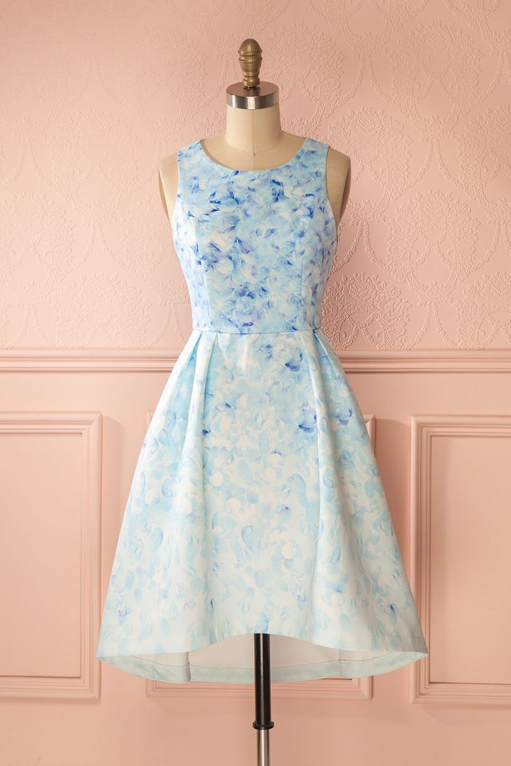 Les oiseaux confectionnèrent cette robe pour la princesse sommeillant en vous. The birds have assembled this dress for the princess in you. Blue floral print high-low dress www.1861.ca