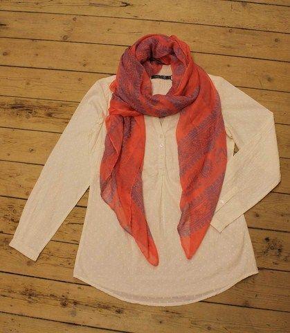 Abha skjorten med tørklæde i pink og blå:  http://www.tankestrejf.dk/toerklaede-med-moenster.html