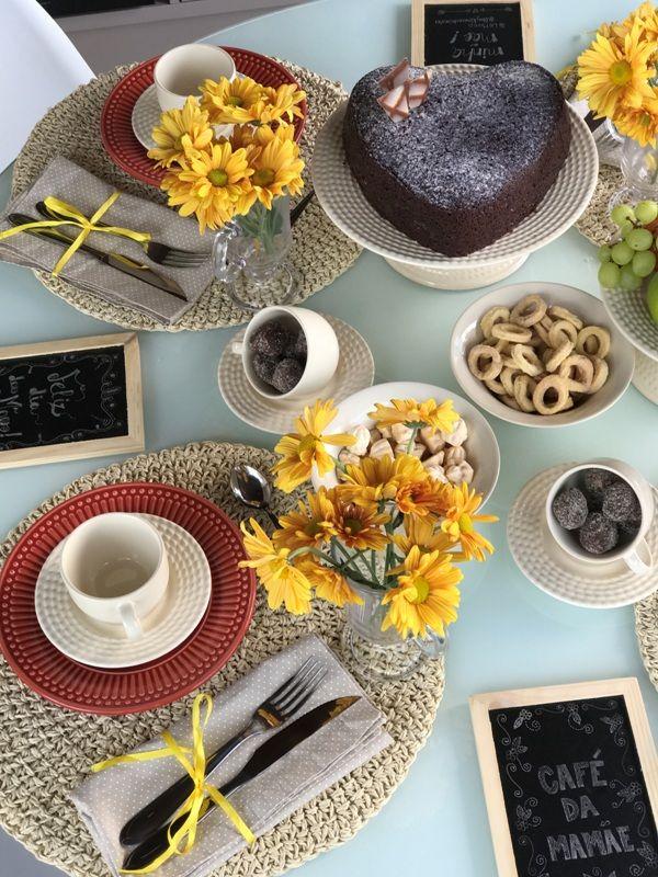 Cinco dicas baratas para decorar a mesa   Almoço de sexta - Utilizei louça com base neutra e cores como bege, vermelho e amarelo. Algumas ideias de diy: lousa com mensagens para decorar e também bowl+prato para utilizar como boleira. As canecas de café foram usadas para colocar as flores e xícaras para os doces. O guardanapo foi amarrado com fita amarela.