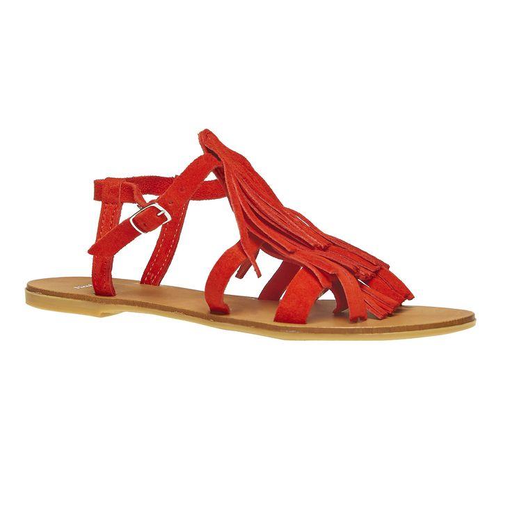 Sandali da donna con strisce sottili di pelle che sul collo del piede sono decorate con nappe trendy. Si chiudono intorno alla caviglia con una fibbia discreta e potete portarli in città e per ballare ai festival estivi. Hanno un ottimo aspetto in combinazione con lo stile Hippie o Etno.