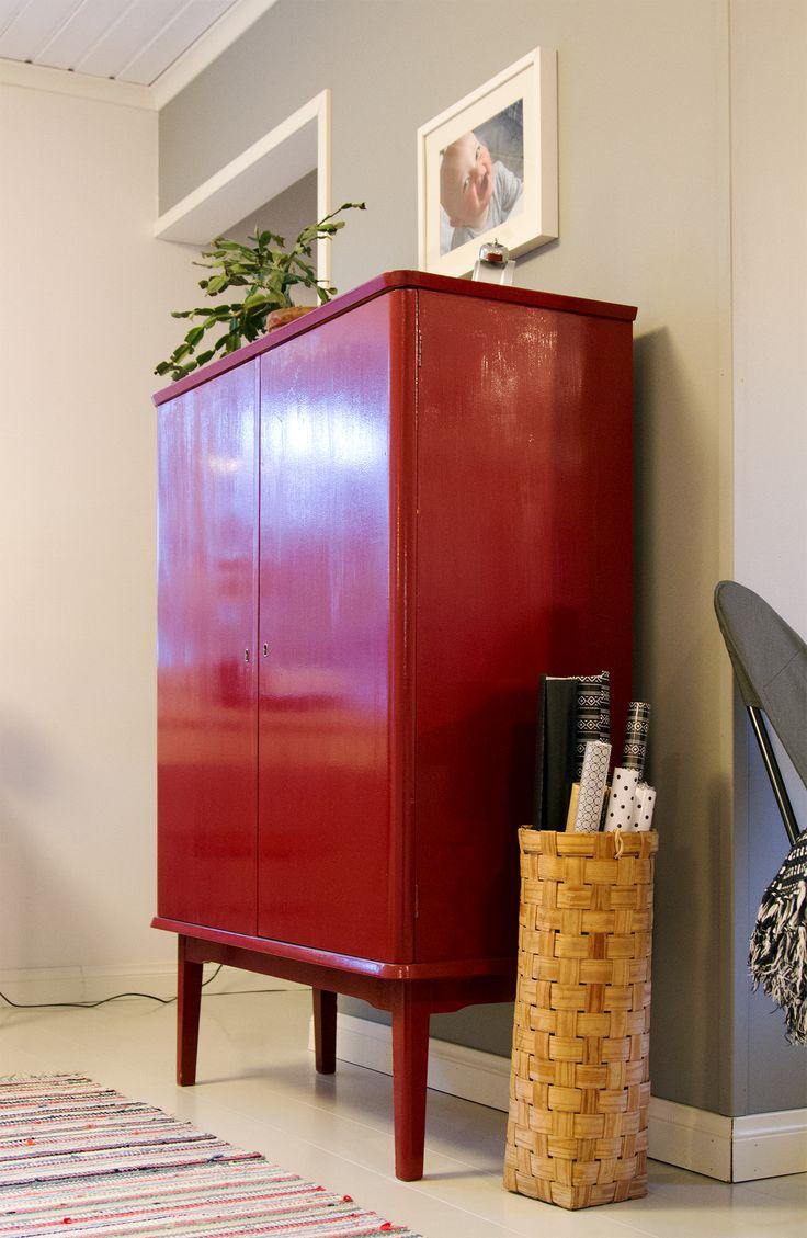Säilytys, punainen liinavaatekaappi, pärekori. Storage, red closet, splint basket, shingle basket.