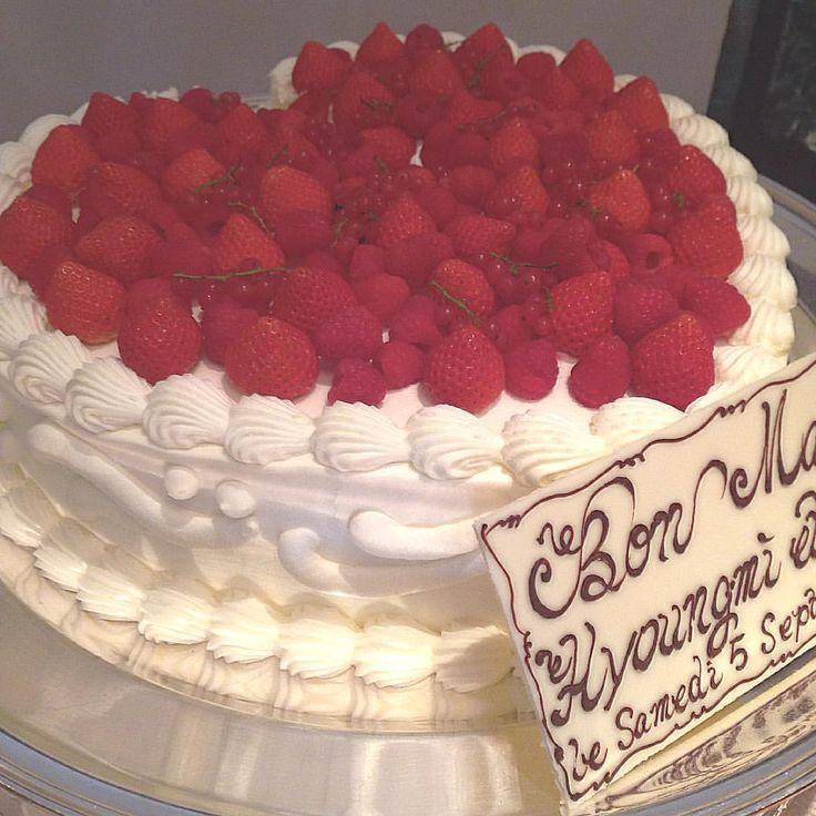 . 지름 50cm 웨딩케잌의 위엄..!!!  . 早く食べたい! . #chezmatsuo #일본결혼식 #결혼식 #웨딩 #웨딩케잌 #웨딩케이크 #딸기케잌 #초대형딸기케잌 #weddingcake #cake #strawberrycake #wedding # #