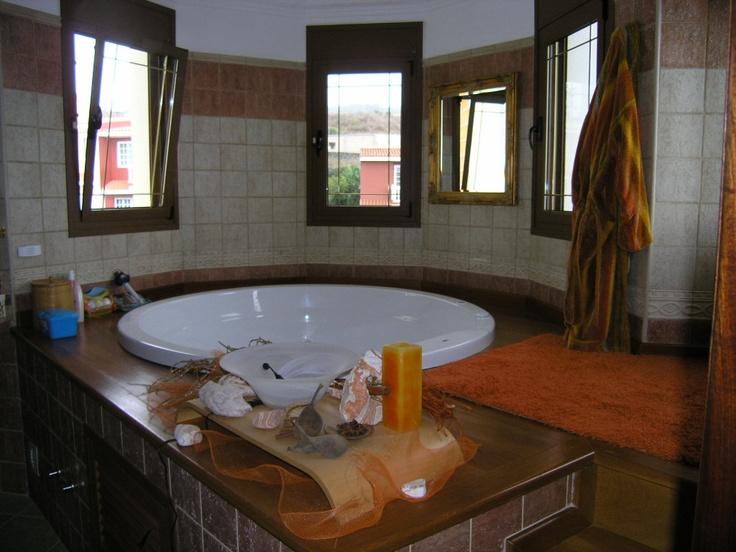 El baño con la minipiscina...
