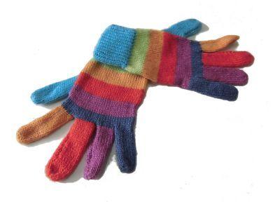Farbenfrohe #Kinderhandschuhe aus warmer #Alpakawolle handgestrickt. Durch die elastische Strickweise sind die Handschuhe für Kinder von 8 - 12 Jahren geeignet.