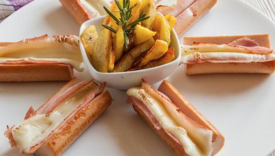 La ricetta per fare i würstel di pollo gratinati e farciti con prosciutto cotto e formaggio