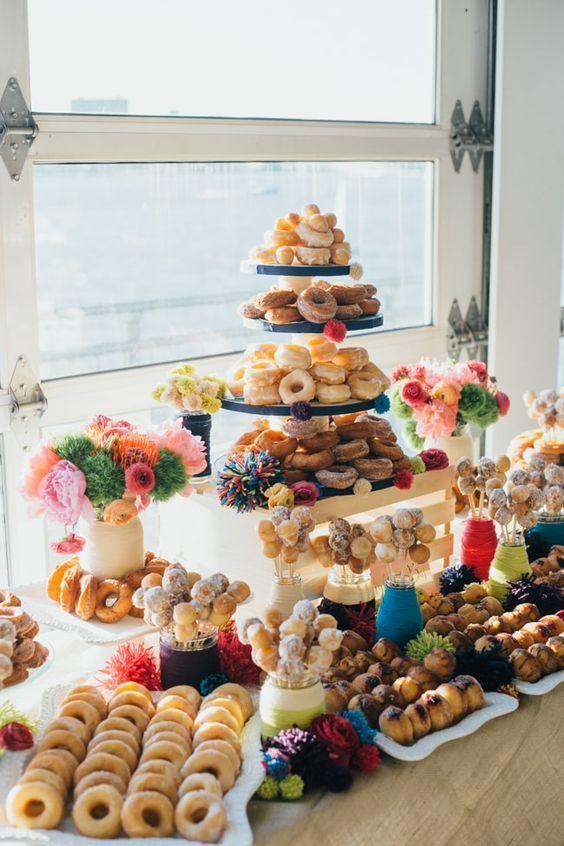 Barra de donuts del Sunset Terrace New York. Agrega unos donut holes con palillos para sumar diversión y originalidad. The Big Fake Wedding Show.
