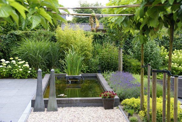 Grote strakke kindvriendelijke tuin met vijver zitkuil for Moderne vijvers foto s