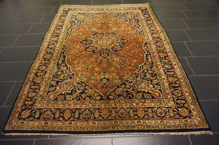 Oosterse deken Indo Qum 175 x 240 cm gemaakt in India einde van de vorige eeuw  Wordt aangeboden een handgeknoopte Perzische oosters tapijt. Deze tapijten worden vervaardigd in gerenommeerde knopen gebieden.Kijk op het tapijt met geduld en aandacht. Elk handgemaakttapijt is uniek in zijn ontwerp de schoonheid en de harmonie van kleuren en is daaromeen kunstwerk op zich.Provincie QomGemaakt in IndiaMaagd wol op katoen rond 1990Ongeveer 220.000 knopen per vierkante meterHet tapijt heeft…