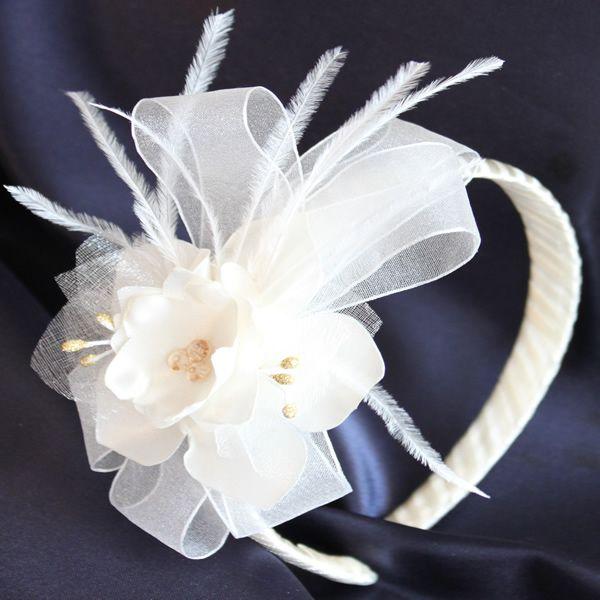 Diadema SOFISTICADA, Diadema hecha a mano, elaborada en raso, organza, plumas, pistilos en purpurina dorada y piedras de swaroski. Diseño propio de Maud Design.