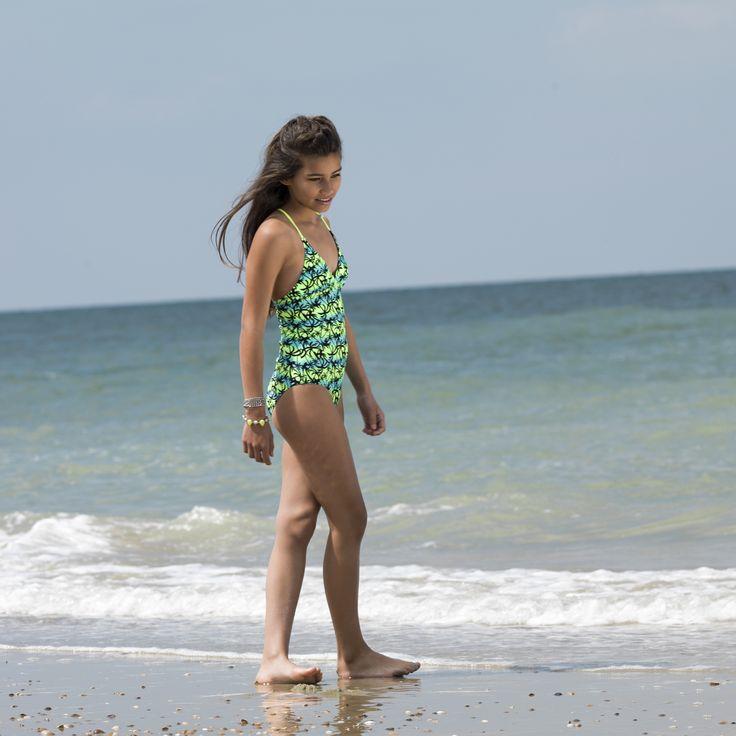 Opvallend ceramic met lime groen meisjes badpak met zwarte palmbomen print. Daar word je vrolijk van.