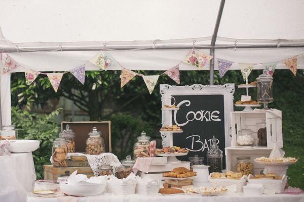 Gartenhochzeit in weiß: Cookie Bar für die Hochzeitsgäste. Foto: Hanna Witte