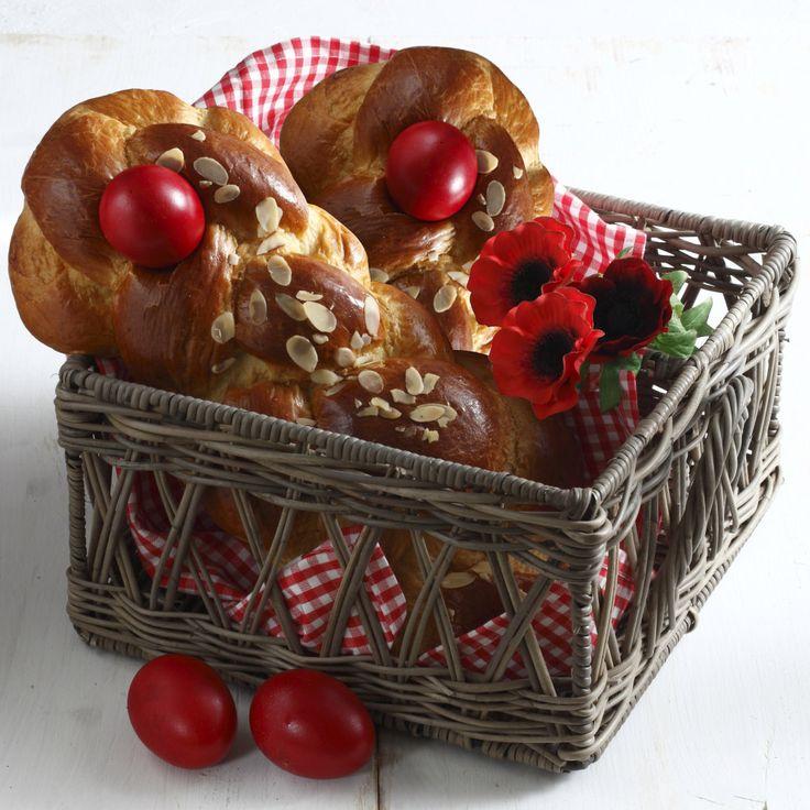 Συνταγή για υπέροχα πασχαλινά τσουρέκια από τον Ηλία Μαμαλάκη. Εκτελούμε τη συνταγή με βούτυρο Χωριό αγελάδος.