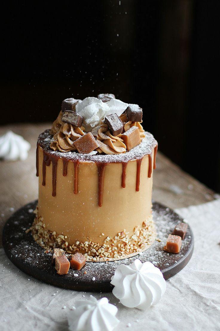 Еще одна вариация морковного торта, на этот раз от Ильзиры Карагузиной. Из интересного здесь - слой творожного чиза. Получается довольно необычный сложный десерт. Если вам хочется чего-нибудь эдакого, но не сильно отходить от классических вкусов - смело готовьте этот торт! Ингредиенты на торт диаметром 14 см (можно 16 см) и высотой 10-14 см Для коржей: 180 мл подсолнечного масла; 100 мл молока; 150 гр светло-коричневого сахара; 4 яйца; 100 гр меда; 350 гр муки; 1,5 ч.л. ложки разрыхлителя; 2…