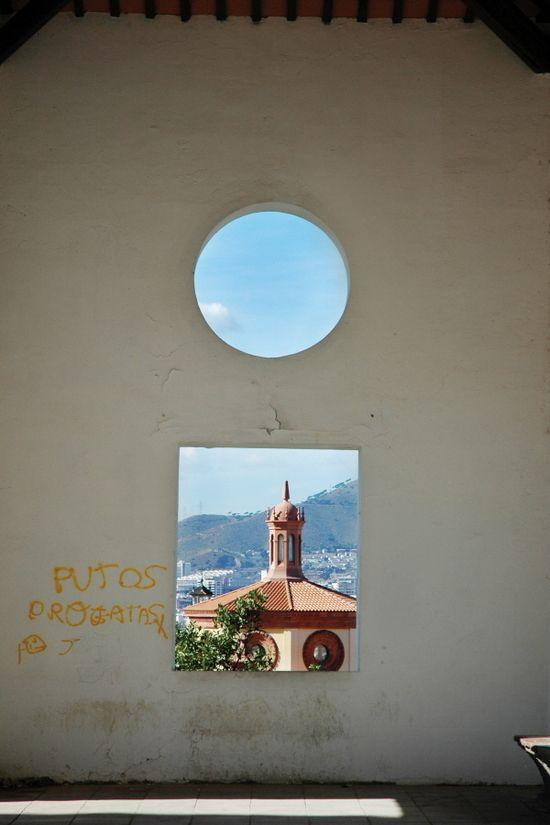 프레임 너머 세상은? 건물의 창 너머나 기둥 또는 터널 너머로 보이는 풍경을 담아보라. 하나의 프레임 속에 또 하나의 프레임이 만들어지는 재미난 사진을 찍을 수 있다. 네모난 프레임이라면 수직, 수평이 잘 맞을 수 있도록 조정하고, 둥근 프레임이라면 사진 속 어느 위치에 프레임을 놓을지 잘 고민해서 촬영한다. 프레임을 정중앙에 놓았을 때와 구석에 놓았을 때의 느낌은 전혀 다를 수 있다. 프레임 너머의 세상과 이전의 세상이 잘 어울린다면 더 바랄 것이 없다.