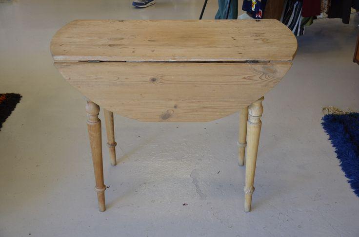 Äldre runt klaffbord i furu med svarvade ben.  Perfekt till ett mindre kök, torp etc.  96x46x76 cm + 2x27 cm.