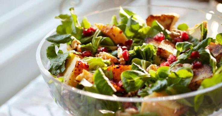 Täydellinen salaatti joulupöytään! Granaattiomenansiemenet ja paistettu juusto tekevät joulun vihreästä salaatista juhlavan. Suosittelemme!