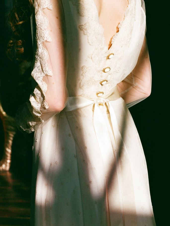 Свадебные платья ручной работы, сделанные на заказ, обладают особой энергетикой. Российский рынок свадебных платьев пополняется новыми лицами. Большой плюс свадебного платья ручной работы – будет идеально сидеть на фигуре, подчеркивая вашу индивидуальность.
