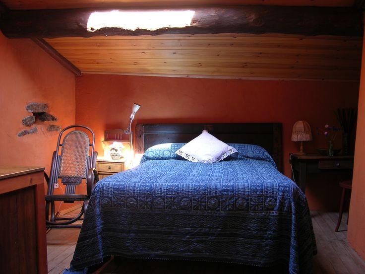 La habitación, abuhardillada, para matrimonio.