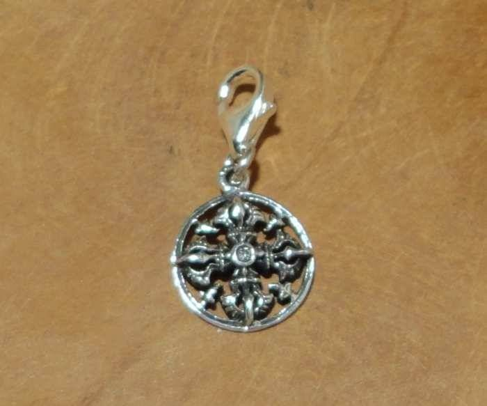 Fair Trade bedel uit Thailand gemaakt van sterling zilver (925) met het Vishravajra (dubbele vajra of dorje) symbool. Een Vishravajra (al-vajra) is een dubbele vajra en wijst op de aanwezigheid van het absolute in: