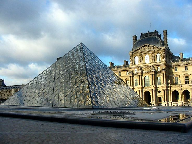 Pirámide del Museo del Louvre, París/Francia. Pyramid of the Louvre Museum, Paris/France.