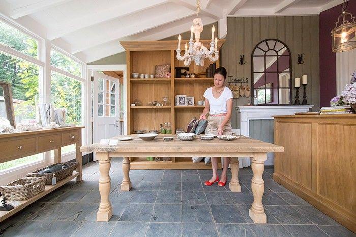 美栄子さんは、家の一角でインテリアショップも営む。セレクトした商品や、オリジナルの家具などを販売。http://www.konarahouse.jp/