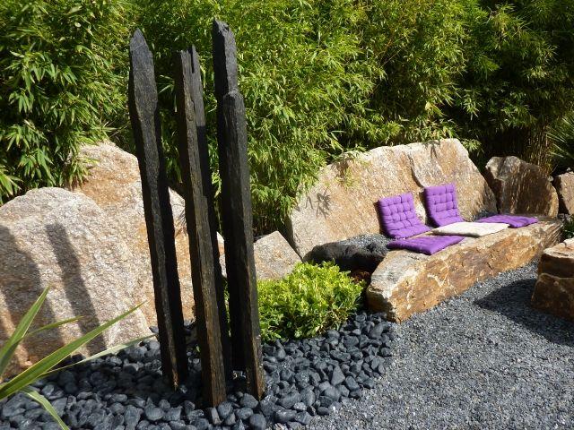 Jardin détente Bloc rocher - végétation bambous - piquets d'ardoise - galets noirs graphites