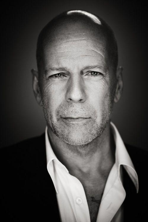 Bruce Willis nie ogranicza się wyłącznie do aktorstwa. O ile filmy z jego udziałem zarobiły w Północnej Ameryce około 3 miliardów dolarów, on sam stara się działać także na innych płaszczyznach. Skupuje nieruchomości, otwiera działalności związane z produkcją filmową czy też jest twarzą Belvedere SA oraz wódki Sobieski. Ma w nich nawet 3,3% udziału. Ta nietypowa aktywność znana jest szczególnie w Polsce, gdzie alkohole te są mocno promowane. #alkohol #film #aktor ##alkohole ##świata