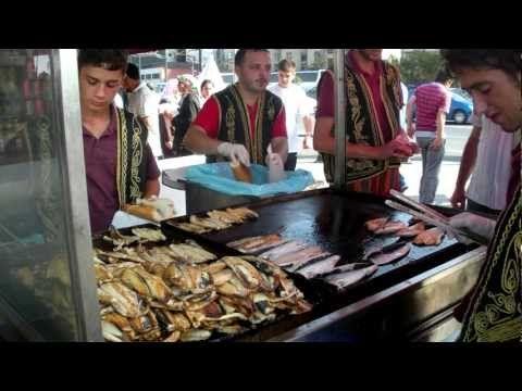 Balık-ekmek es una comida callejera típica de Turquía.1 Se trata de un filete de pescado frito o hecho a la parrilla y servido entre las dos partes de un pan. Su preparación y venta al público generalmente se realiza en pequeñas embarcaciones varadas en algún muelle. Fish Bread (Balik Ekmek) - Turkey Eats Series 2011 - YouTube