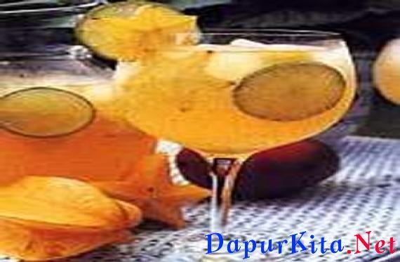 Bahan bahan Jungle Juice2 buah jeruk nipis, iris tipis2 buah belimbing, bersihkan, iris tipis500 ml jus mangga1 buah mangga harummanis, ambil dagingnya, potong dadu kecil1 kaleng soda water1 kaleng gingeralees batu50 ml rhum/kirsch, jika sukaCara membuat Jungle JuiceCampur buah, jus mangga, dan mangga dalam wadah.Tuangkan soda water dan gingerale. Beri es batu, aduk rata.Jika suka tambahkan rhum atau kirsch.Sajikan dingin.Sajian untuk 4 porsi.