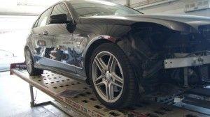 Samochód na stanowisku naprawczym