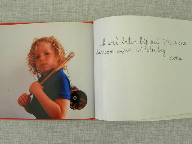 fotoboek als cadeau of als herinnering: geposeerd met een voorwerp en één zinnetje waarin ze iets over zichzelf vertellen