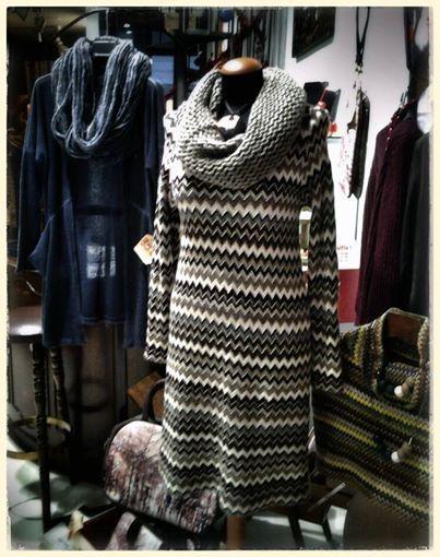 """Da sinistra. Collana in lana """"fatto in To"""", cardigan design. Collana ZSISKA, collo in lana, abito sartoria """"GRILLO TORINO"""". Collane ZSISKA, cappa sartoria """"GRILLO TORINO"""". Fashion bag """"Mon Amour""""."""