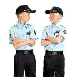 Vær som en ekte politimann i denne flotte politiuniformen bestående av bukse og skjorte med detaljer som gjør de nesten som en ekte politiuniform. Dette settet passer til barn fra 4 til 5 år.