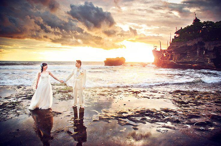 Eines meiner Lieblingshochzeitsbilder :D its an ONDRO classic! Japanisches Brautpaar auf Bali beim Tanah Lot Wassertempel während der Ebbe kann man zu Fuß zum Tempel laufen und sich von den Mönchen dort Segnen lassen! Fantastische Aussicht inklusive hehe  #hochzeitsfotograf #hochzeit #hochzeitsfotografie #hochzeitsplaner #braut #braut2017 #hochzeit2017 #heiraten #destinationwedding #hochzeitsreportage #hochzeitsfoto #hochzeitsfrisur #hochzeitsfotos #hochzeitstorte #brautkleid #brautmakeup…