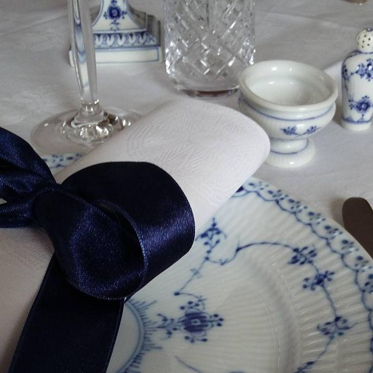 A wonderful deep blue ribbon on white damask napin. Torsdag aften (Thursday afternoon) #musselmalet #halvblonde #antique #antik #royalemedlemmer #bord #middag #georgjensendamask