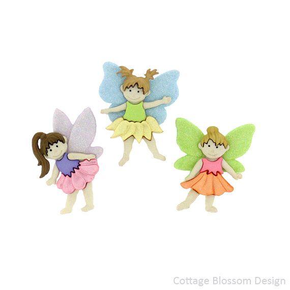 Flower Fairies ist eine hinreißend süßen Jesse James Button-Sammlung. Diese Schaft Schaltflächen enthält 3 Blumen Feen in ziemlich Pastell-Farben mit Glitter Flügeln und Perlglanz Blütenblatt Röcke.  Dies sind die Schaft Buttons hergestellt aus Resin  Größe ist etwa 1¼  Satz von 3 Tasten  Sie haben so viel Spaß mit diesen niedlichen Flower Fairy Verzierungen. Sie können Kleidung, Kunstprojekte, Papier Handwerk und mehr dekorieren. Dieses Set ist sicher zu inspirieren, Ihre kreativsten Nähen…