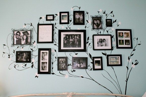 Mélanger vos cadres photos avec des stickers  http://www.homelisty.com/24-facons-daccrocher-photos-cadres-posters-ou-de-lart-a-vos-murs/