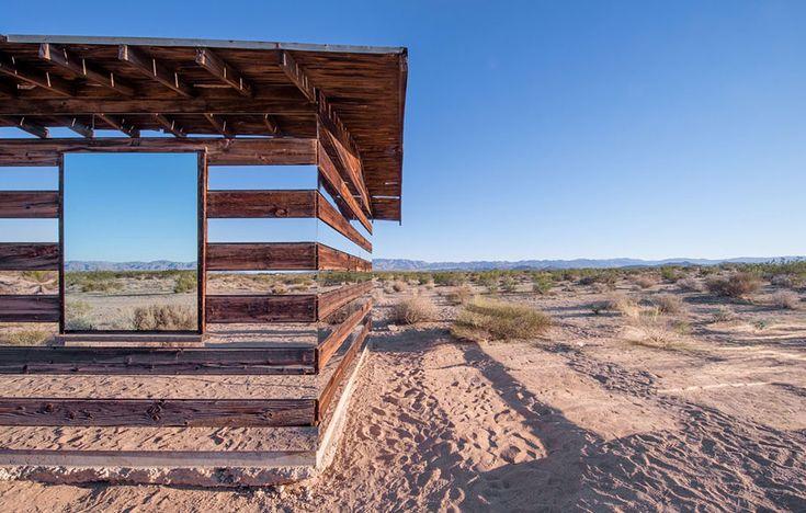 This is what happens when you put horizontal mirrors on a shack in the desert   Una capanna nel deserto costruita con specchi orizzontali pare essere invisibile