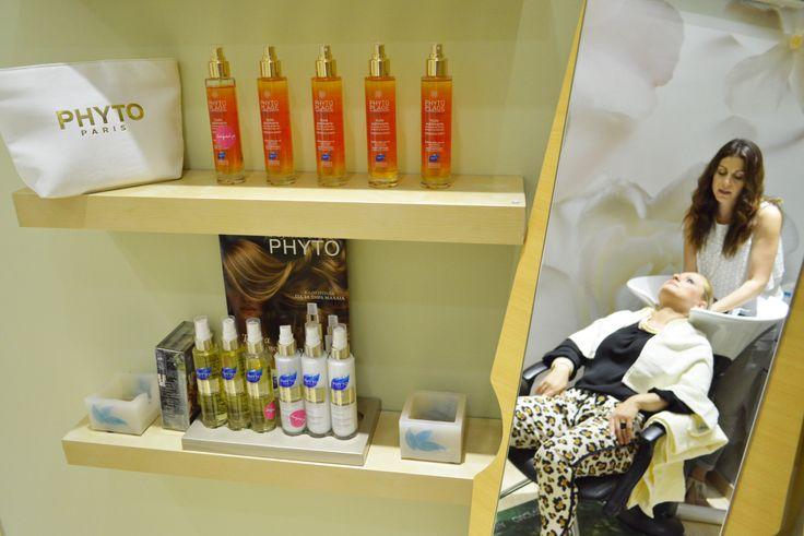 Απόλαυσε και εσύ μία περιποίηση μαλλιών από τα μαγικά χέρια της Στέλλας Σουλελέ, της νέας Hair Designer Phyto Ambassador, και δοκίμασε τα προϊόντα της PHYTO Paris, όλη την εβδομάδα στα καταστήματα Hondos Center της Αθήνας.
