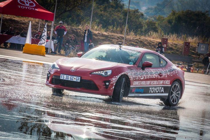 Der Toyota GT86 ist neuer und alter Weltrekordhalter: Der südafrikanische Motorjournalist Jesse Adams ist mit dem Sportwagen den längsten Drift aller Zeiten gefahren.