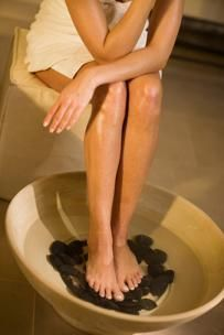 Home Remedies for Foot Pain.he many blood vessels in the feet are able to carry the herbal or aromatic remedy all over the body. add heated rocks (these can safely be warmed in a microwave for 20 seconds) to the bottom of the soak tub and dissolve some essential oil and epsom salt to relax and detox the overworked muscles.