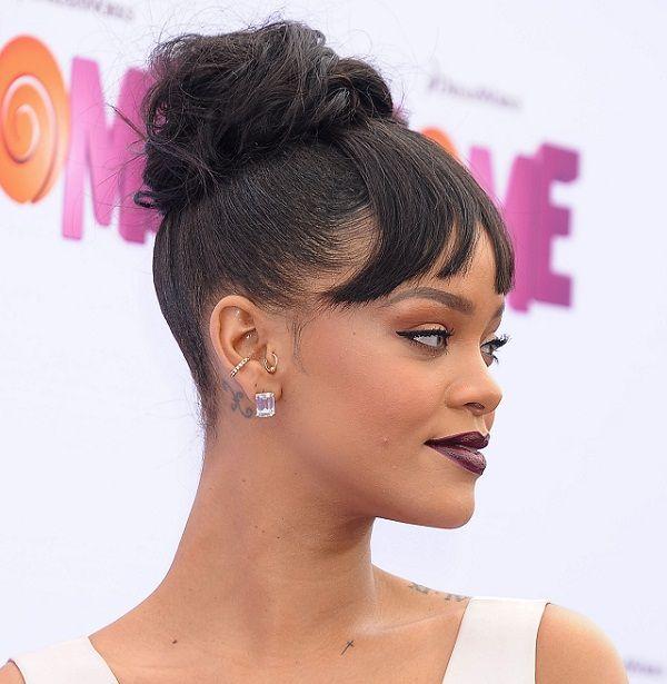Rihanna crea tendencia: un falso flequillo que sale de su moño.
