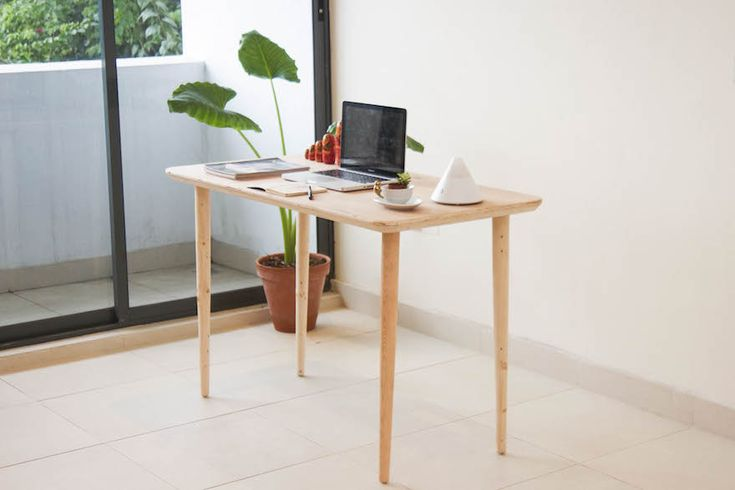 Nigerian product designer Nifemi Marcus-Bello designs a portable work table that can be carried like a suitcase and is convenient for the office and the home. | Ontworpen door Nifemi Marcus-Bello. Hij ontwierp een draagbare tafel, die kan worden uitgevoerd als koffer. Deze is erg handig voor thuis of op het werk. Gemakkelijk mee te nemen.