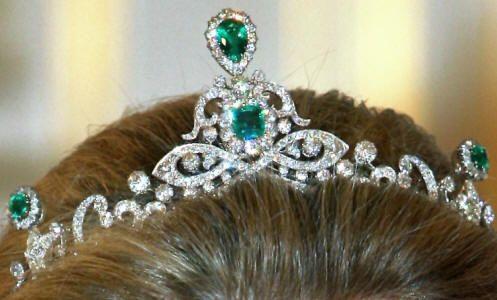 Deze set uit diamanten en smaragden bestaat uit een tiara, collier, oorbellen en een broche, en is gemaakt door juwelier Schürmann. De smaragden zijn afkomstig van Wilhelmina van Pruissen. Koningin Emma gaf het aan haar dochter Wilhelmina, maar die heeft nauwelijks gedragen. Nadat Wilhelmina het doorgaf aan Juliana werd de parure wat vaker gedragen.