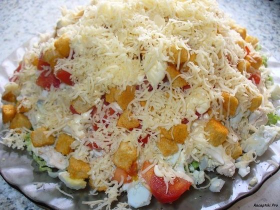 Салат с курицей, сыром и сухариками