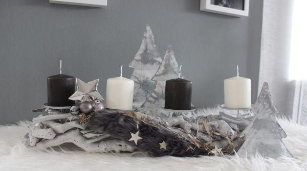 AW122 - Adventsdeko aus Holzteilen, dekoriert mit natürlichen Materialien, Kunstfell, Sterne und Kugeln! Preis 29,90€ Breite 50cm Aufpreis Kerzen 8,00€ Baum aus Metall Höhe30cm 14,90€ Höhe 24cm 9,90€ Höhe 16cm 4,90€