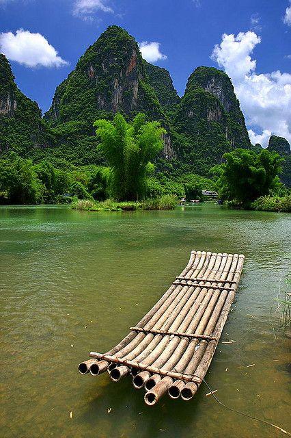Bamboo raft on Li River, Yangshuo, China (by Wx Photography).