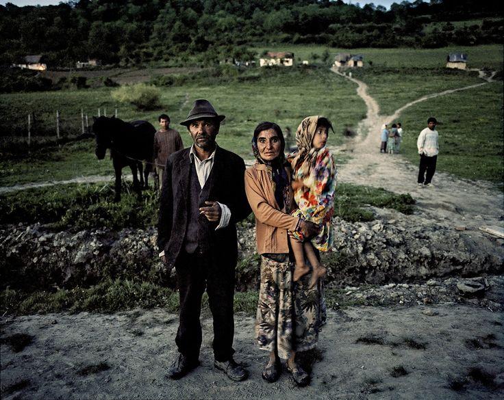Фотографии из альбома 'The Roma Journeys' датского фотографа Хоакима Эскильдсена, который на протяжении шести лет снимал быт цыганских общин.
