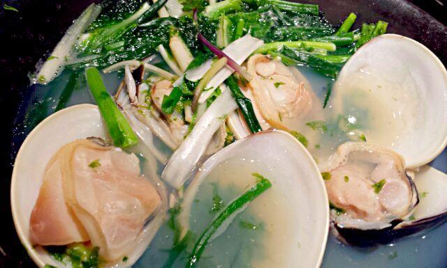 直径4cmくらいの身の締まった蛤が、三つ葉とアオサと一緒に蒸し煮された1品。 お味の濃い蛤と、アオサと三つ葉の香りが春らしくて美味し~♪ - 35件のもぐもぐ - 俺の割烹☆蛤と春野菜海苔鍋 by kana000suzuki