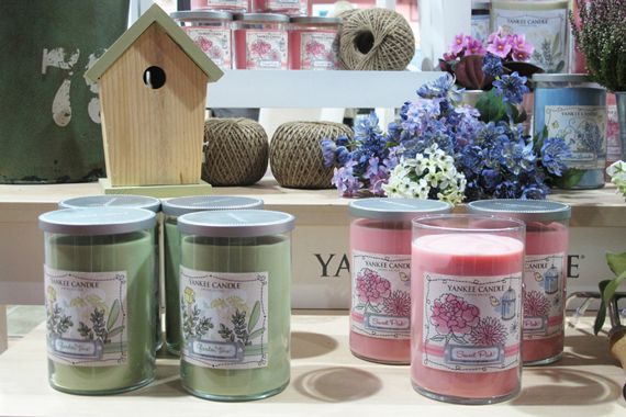 Dream Garden Feminine and innocently romantic,this Limited Edition collection makes the perfect gift for any spring time gifting occasion.  Mid Year Sale 25% เฉพาะ Yankee Candle สาขา Rain Hill ชั้น 1 เท่านั้น 1 - 30 มิถุนายน 2558